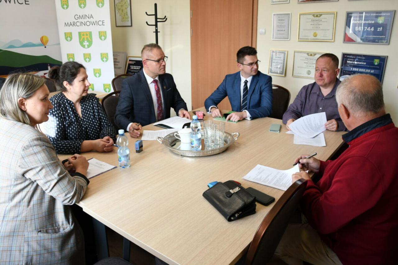 Umowa podpisana, rusza przebudowa dróg osiedlowych po dawnym PGR
