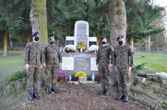 Odwiedzili groby poległych żołnierzy