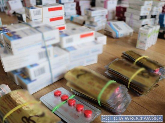 Zatrzymani za nielegalne wprowadzanie do obrotu środków farmaceutycznych