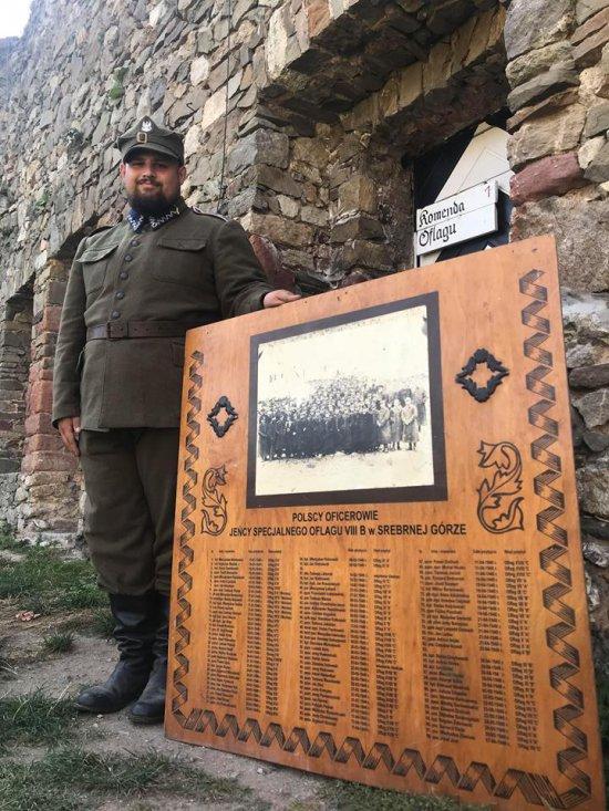 Przez Oflag VIIIB przeszło blisko 300 oficerów. Na jednym z archiwalnych zdjęć uwieczniono 100, którzy przebywali w Srebrnej Górze zimą 1940 roku.