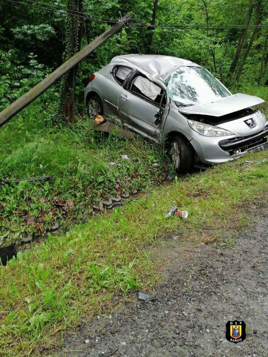 Osobówka wypadła z drogi i uderzyła w słup na k8