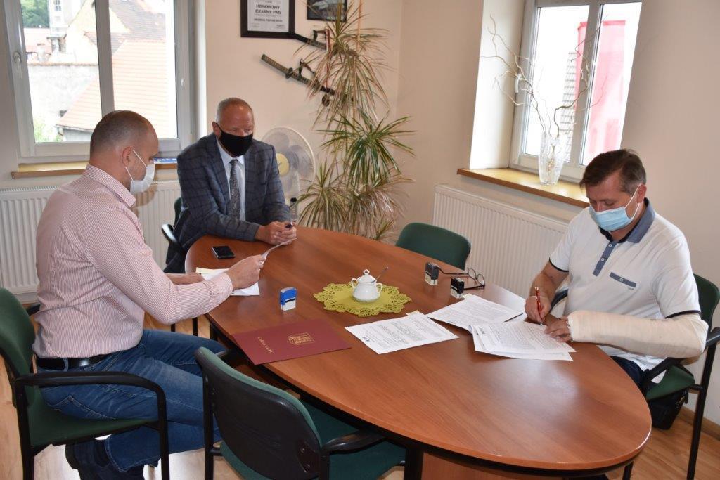 Umowa na nowe lampy solarne w gminie Bardo