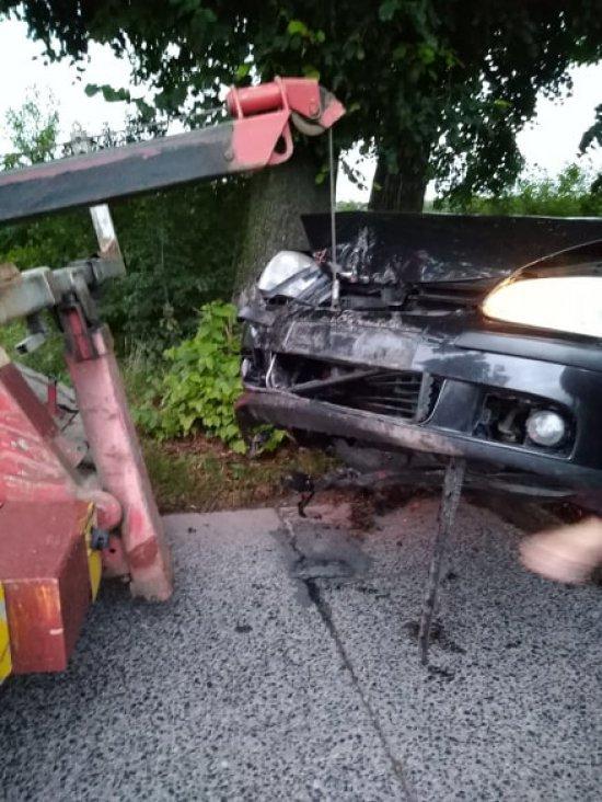Osobówka uderzyła w drzewo na betonówce
