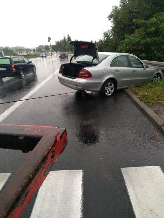 Mercedes uderzył w bariery  na k8 w Ząbkowicach