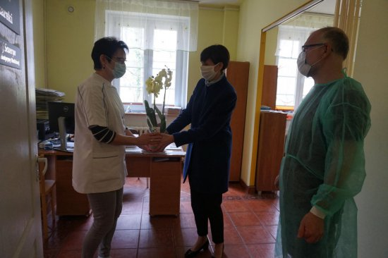 Burmistrz Złotego Stoku wręczyła kwiaty pracownikom służby zdrowia