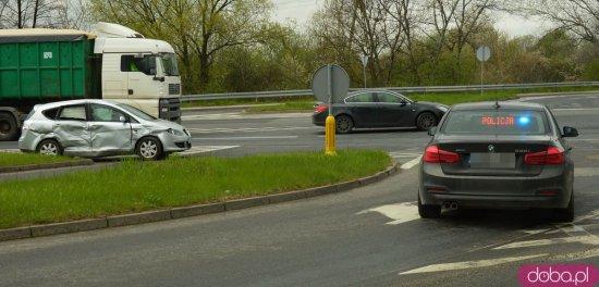 Zderzenie dwóch osobówek i ciężarówki na skrzyżowaniu k8 i Legnickiej