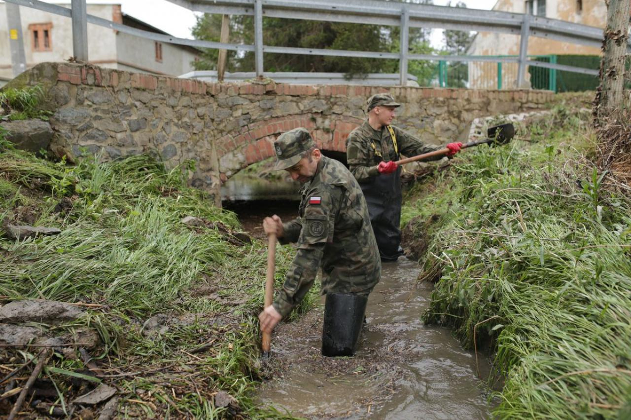 Terytorialsi pomagali likwidować skutki podtopień w Ciepłowodach