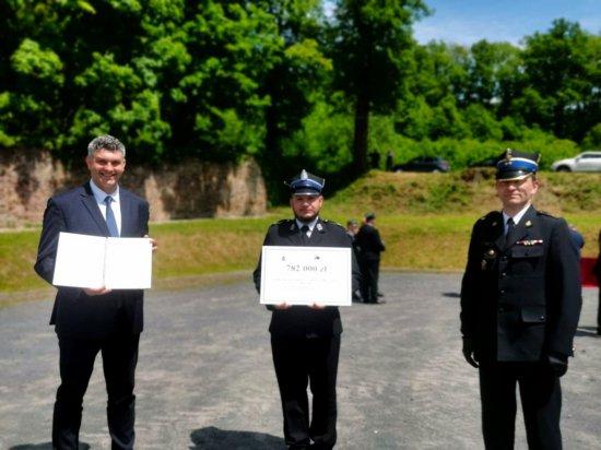 Strażacy z Olbrachcic wraz z burmistrzem Ząbkowic odebrali promesę na nowy wóz