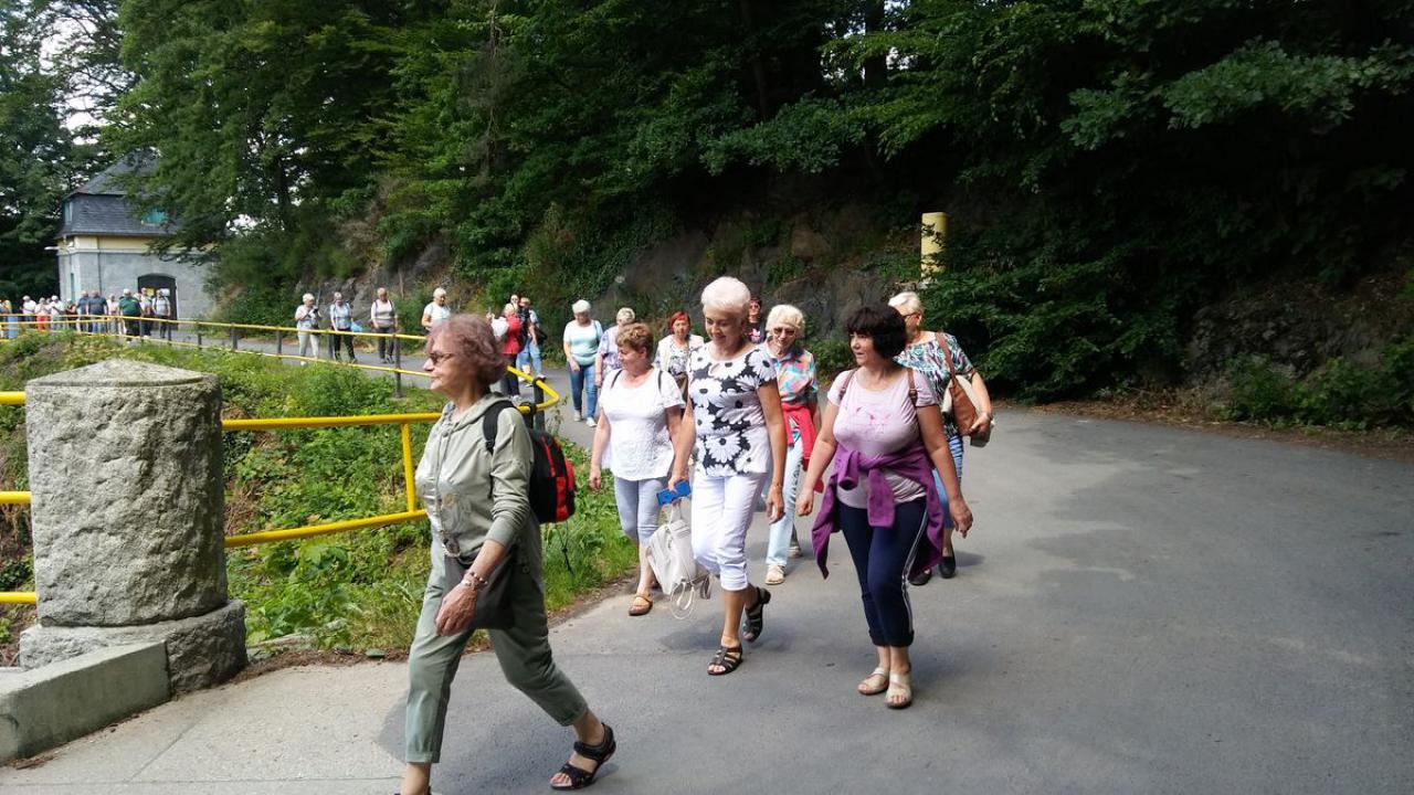 Kamieniec Ząbkowicki: Klub Seniora na spacerze w Dolinie Pereł
