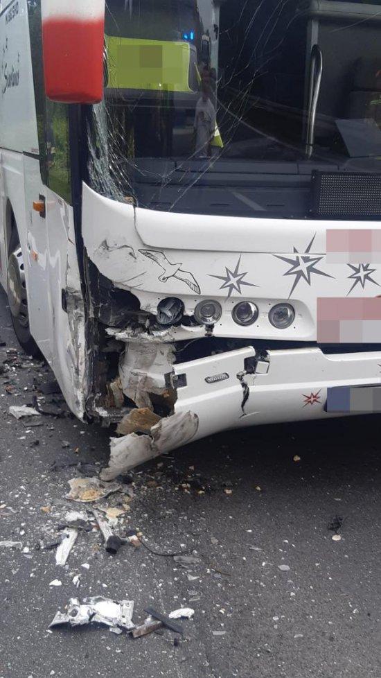 Zderzenie osobówki z autobusem na k8