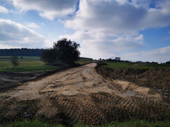 Ruszyła budowa dróg dojazdowych do kompleksu sportowego w Kamieńcu Ząbkowickim