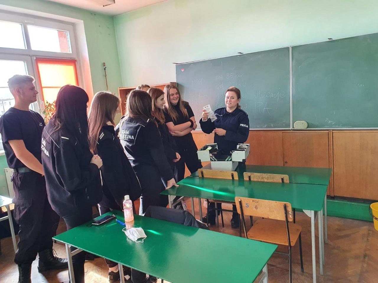 Spotkanie licealistów z policjantką w ramach profilaktyki uzależnień
